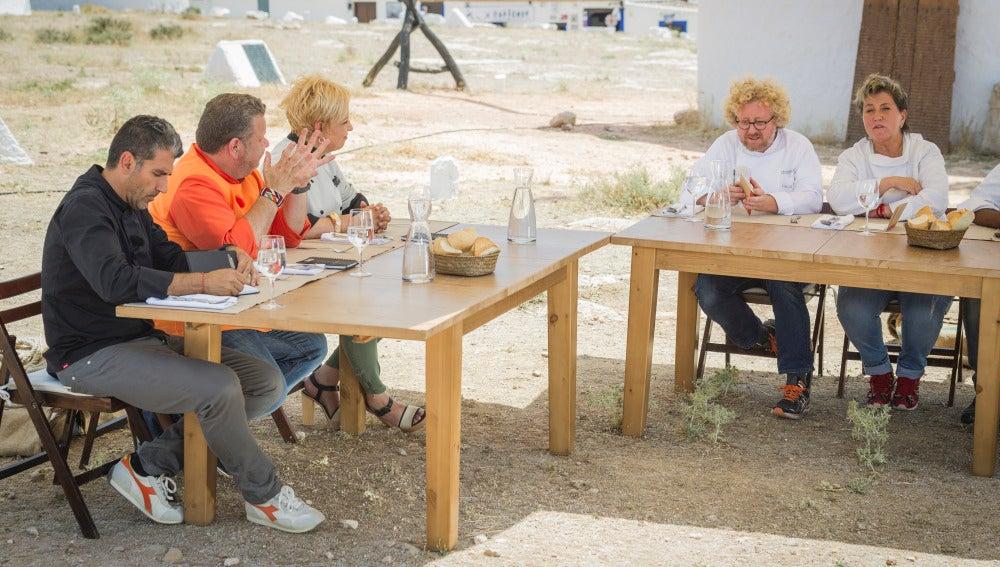 Alberto Chicote les pide a los exconcursantes que valoren culinariamente los platos