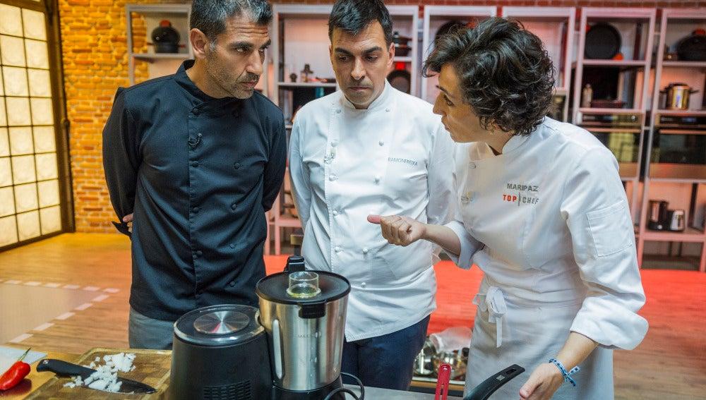 Ramón Freixa revisa los platos de los concursantes