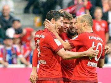 Robben y Lewandowski celebrando un gol