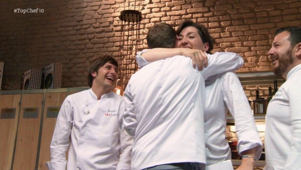 Los compañeros reciben a Marcel con alegría