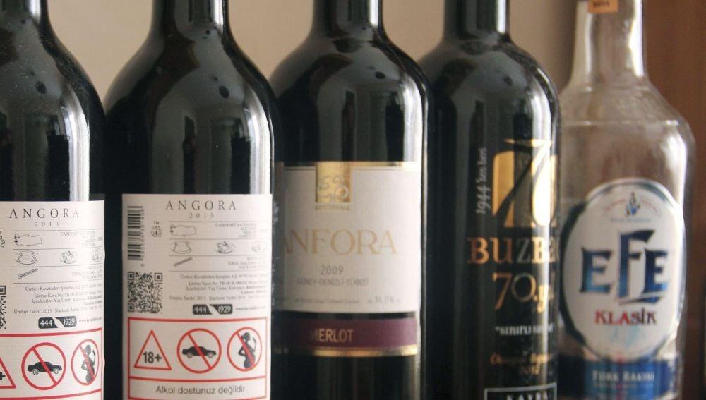 Varias botellas de vino turcas y una de raki