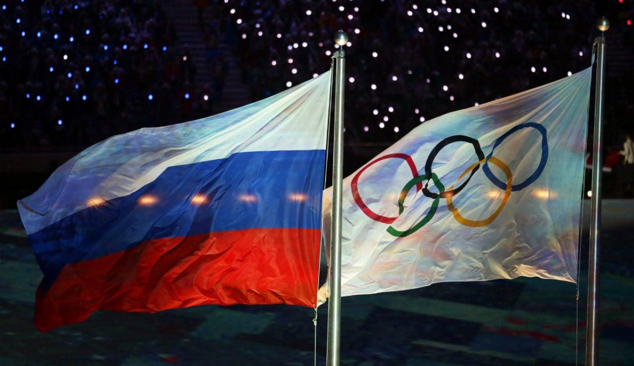 Las banderas de Rusia y de los JJOO, a la par