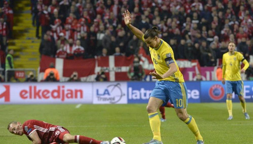 Ibrahimovic conduce el balón en el partido ante Dinamarca