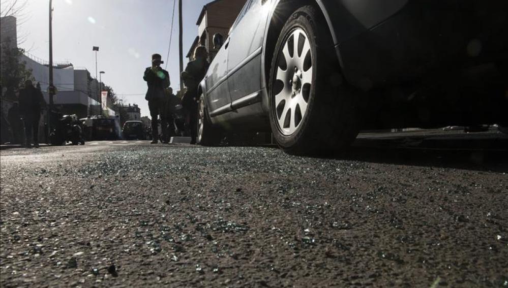 Cristales rotos en el suelo del coche localizado tras los atentados en París