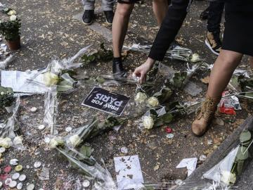Flores y velas en el lugar de los atentados de París