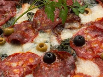 Pizza de espinacas y chorizo