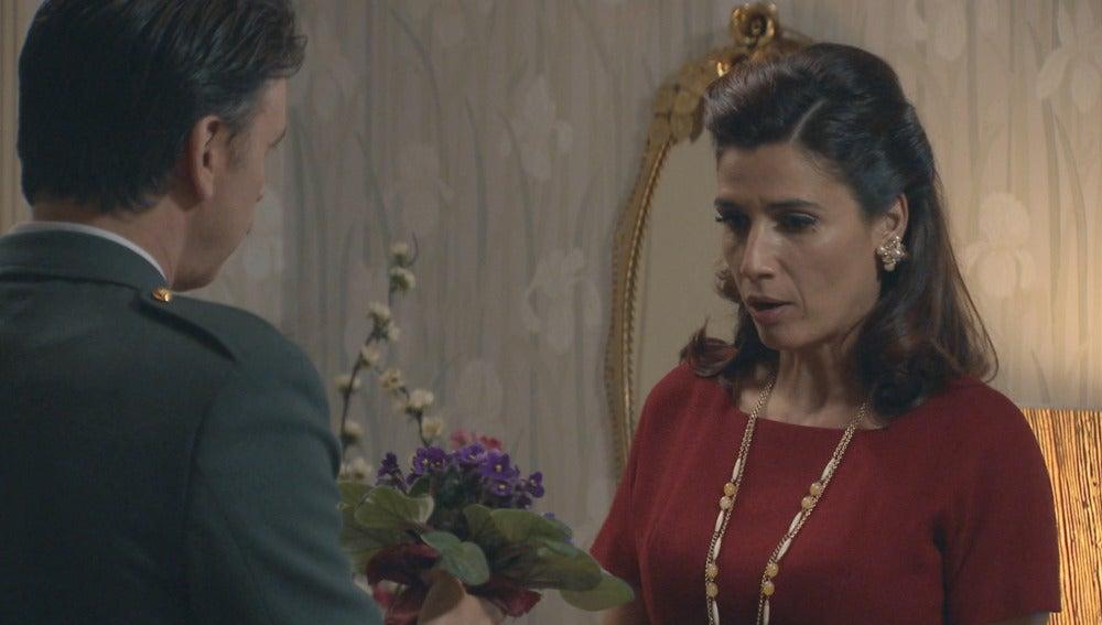 Adela intenta poner distancia con Tomás