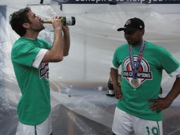 Raúl y Senna celebrando el título y su retirada futbolistica
