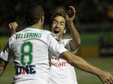 Raúl celebra un gol con su compañero Cellerino