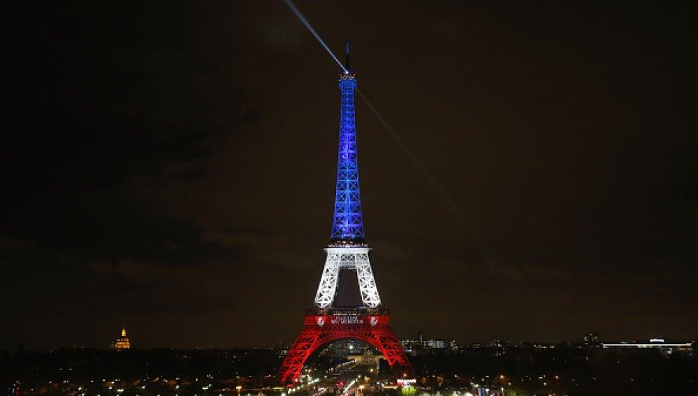 La torre Eiffel se ilumina con los colores de la bandera francesa