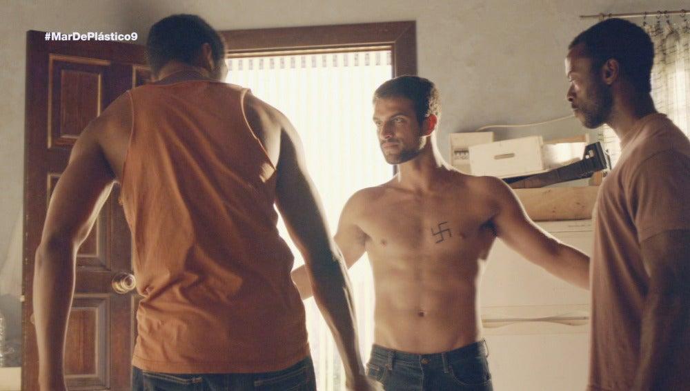 Kaled y Lucas sin camiseta