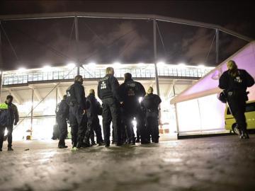 Policía a las afueras del HDI Arena en Hannover