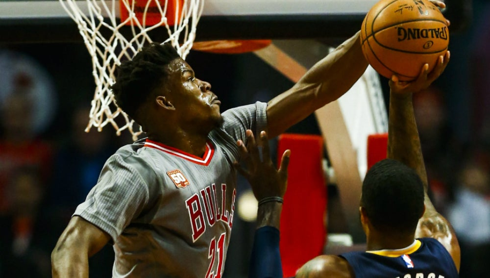 Jimmy Butler tapona a Paul George