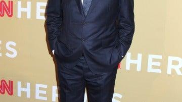 Chris Noth con traje azul y corbata con detalles