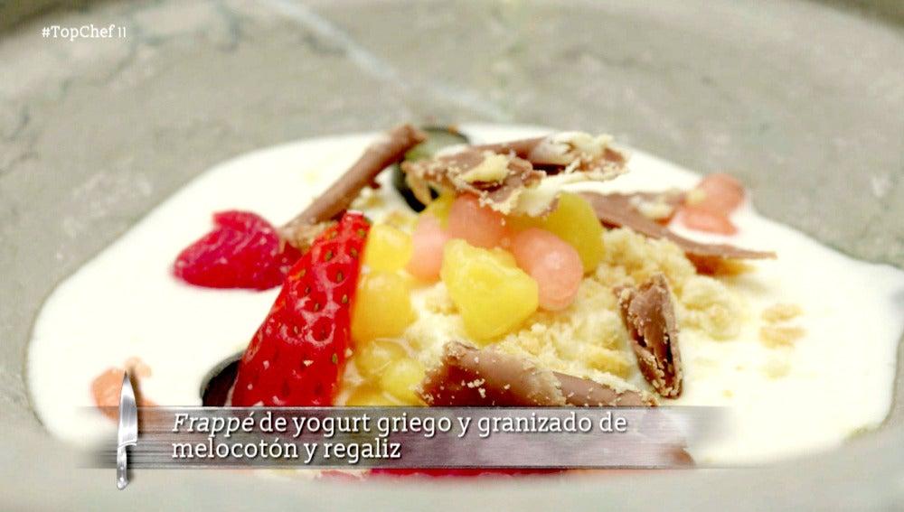 Frappé de yogurt griego y granizado de melocotón y regaliz