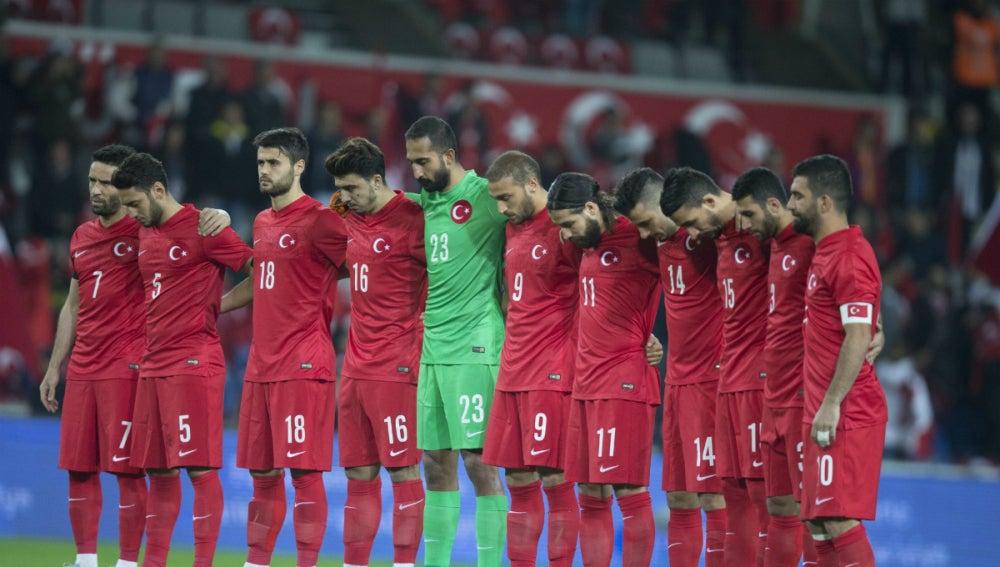 Los jugadores de Turquía guardan un minuto de silencio en memoria de las víctimas de los atentados de París