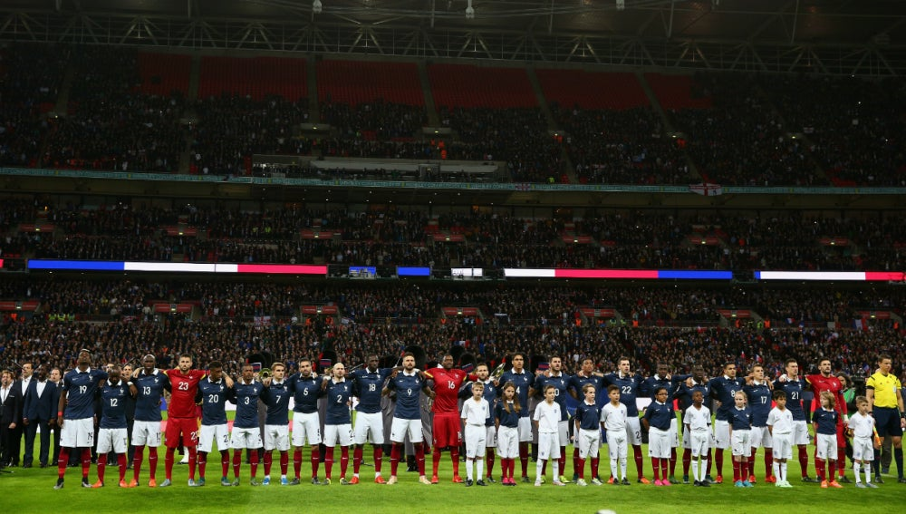 Los jugadores de Inglaterra y de Francia, unidos durante la Marsellesa