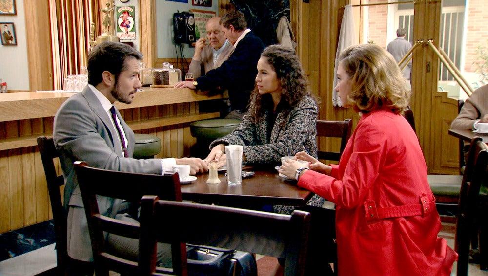 Miguel, Leonor y Carmen en el café