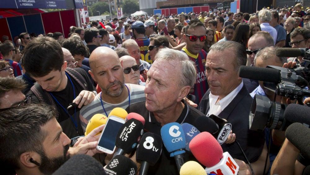 Cruyff atiende a los medios