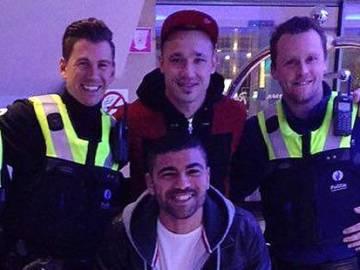 Nainggolan posa con los policías