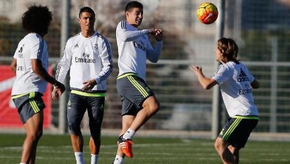 James toca un balón de cabeza ante Modric, Marcelo y Cristiano