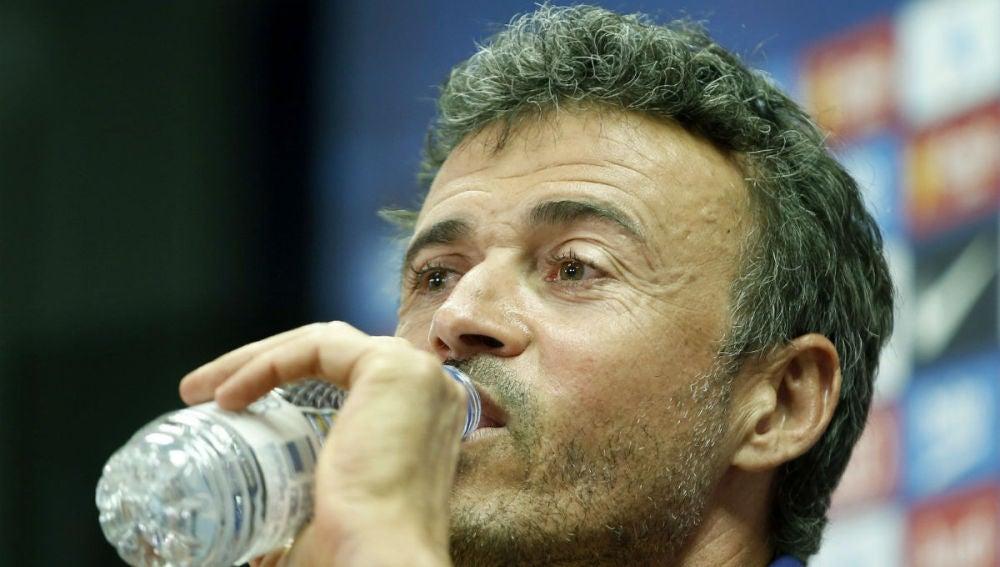 Luis Enrique bebe agua durante la rueda de prensa