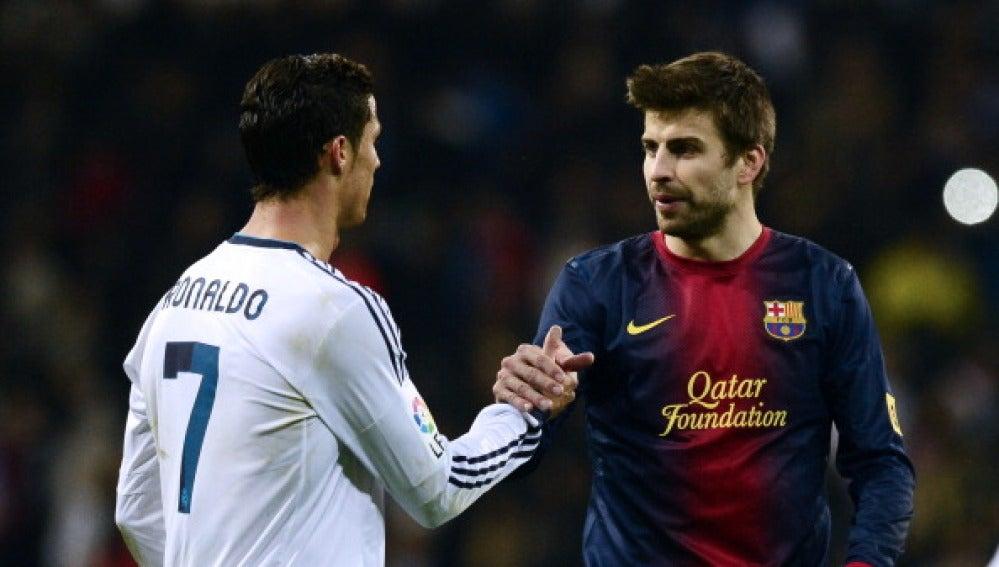Cristiano Ronaldo y Gerard Piqué, en un Clásico.