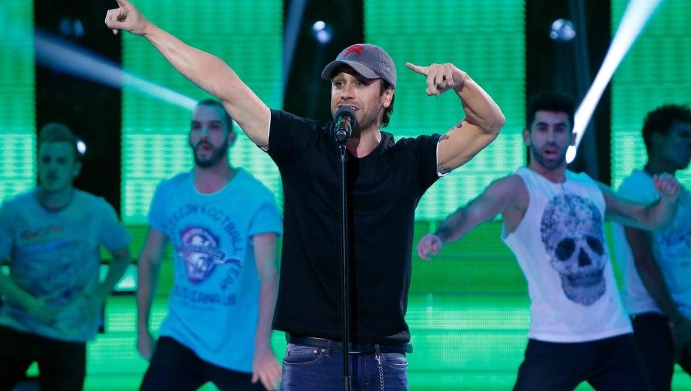 Adrián Rodríguez llena el plató de energía con su imitación de Enrique Iglesias