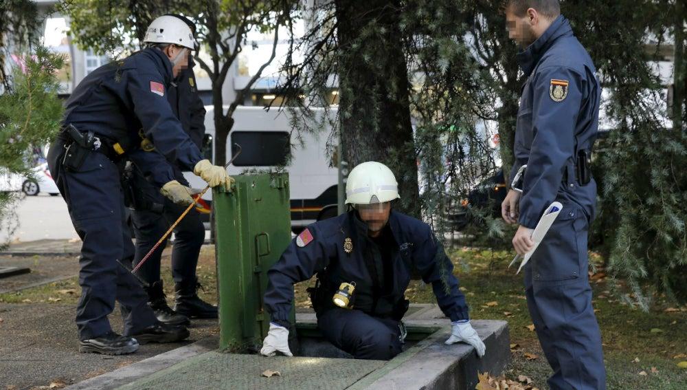 Los agentes de seguridad examinan los alrededores del Bernabéu antes del Clásico