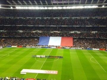 El homenaje del Santiago Bernabéu antes del Clásico a las víctimas del atentado de París