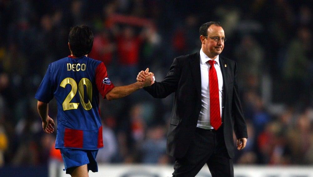 Rafa Benítez saluda a Deco, en un partido frente al Barcelona