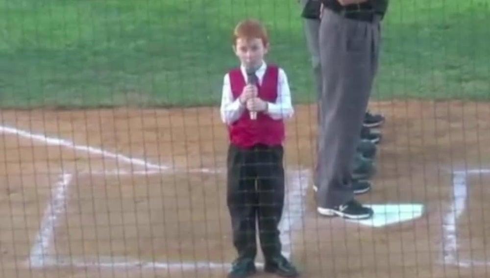 Un niño cantando el himno de EEUU