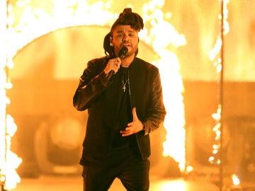 The Weeknd durante su actuación en los AMAs 2015