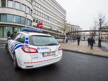 Agentes de policía patrullan las calles de Bélgica.