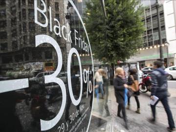 Un escaparate muestra un descuento por el Black friday