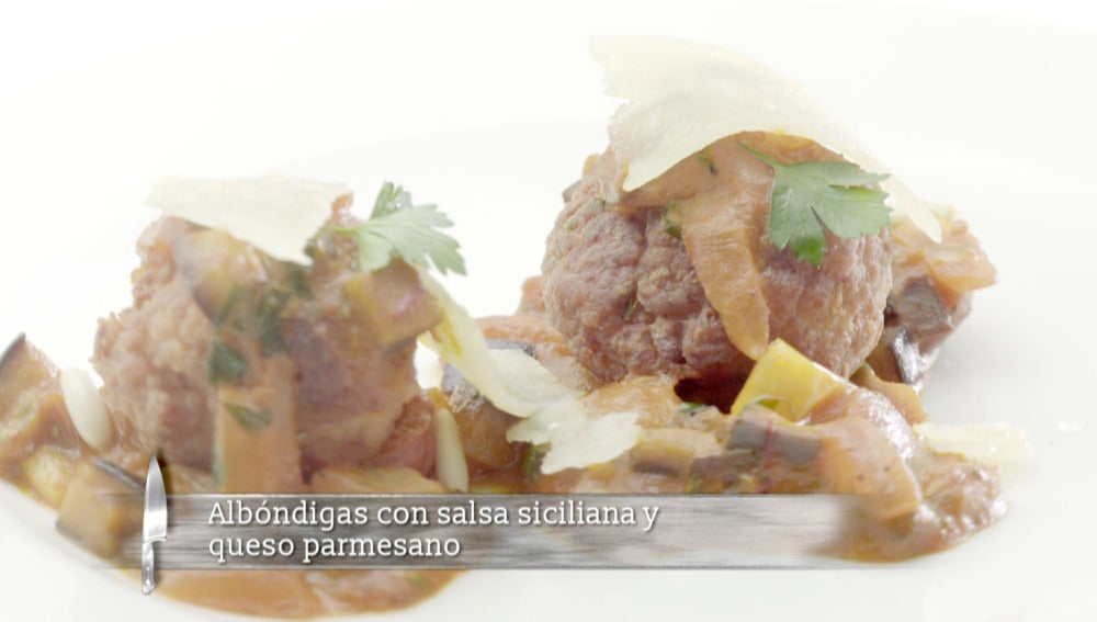 Albóndigas con salsa Siciliana y queso parmesano