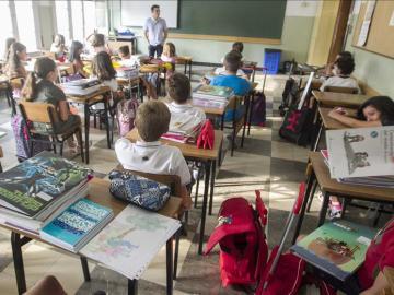 Alumnos atendiendo en clase