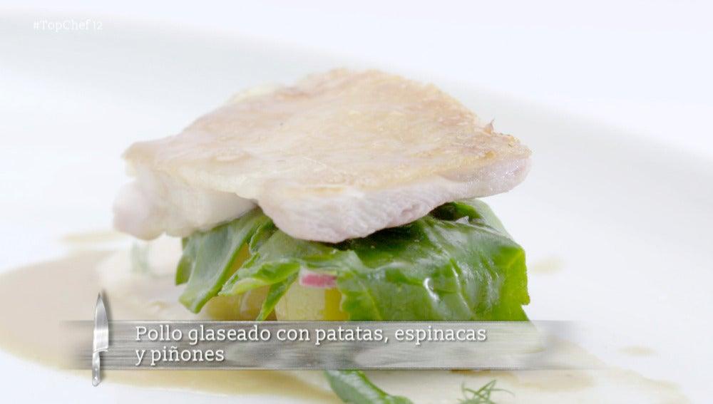 Pollo glaseado con patatas, espinadas y piñones