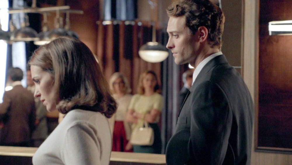 Ana, desesperada, le pide ayuda a Carlos