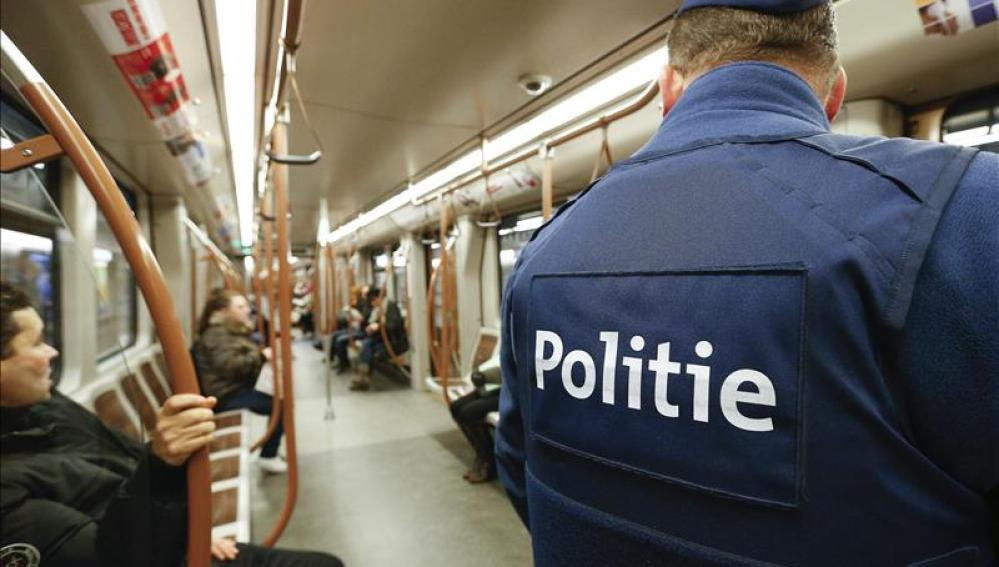 Policía belga patrulla en el metro