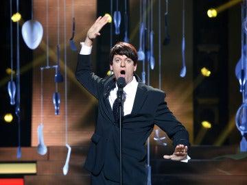 Edu Soto transmite el temperamento de Raphael y canta 'Yo soy aquel'