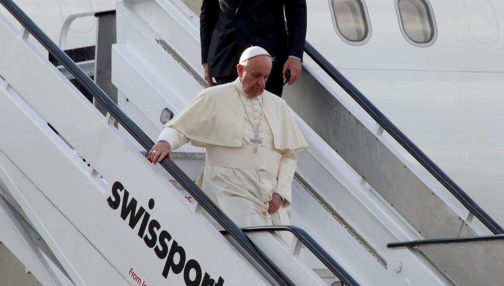 El Papa Francisco baja del avión