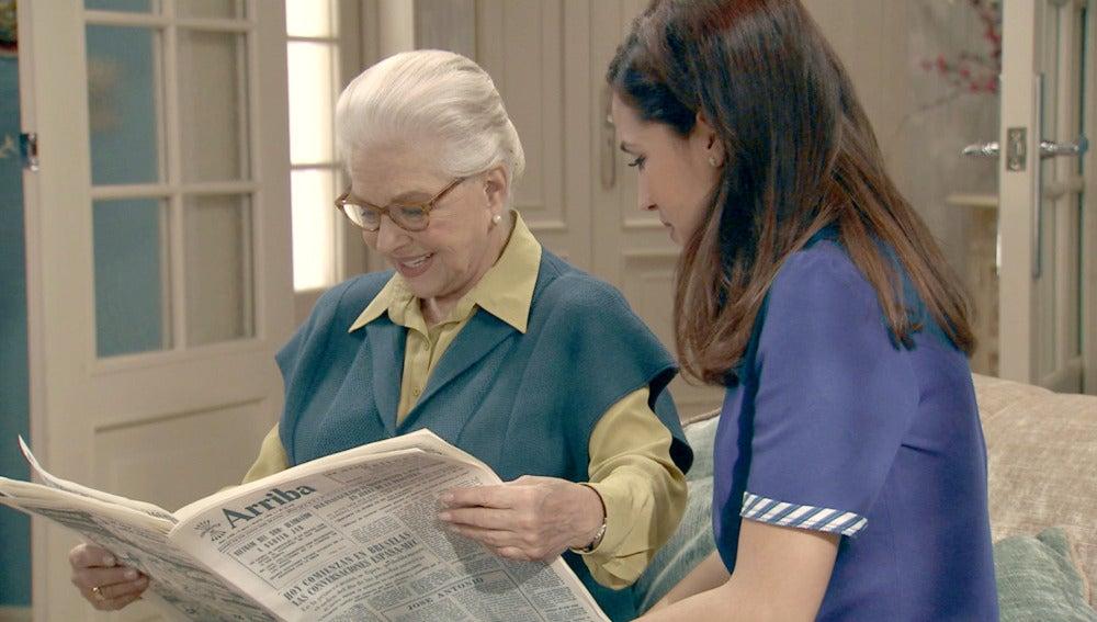 Emilia y Adela revisan el reportaje
