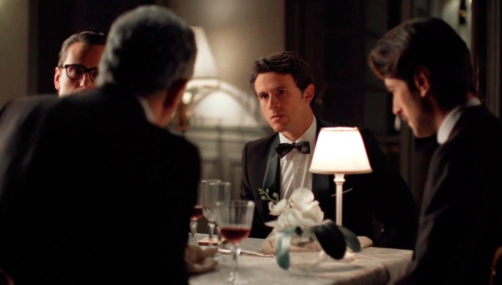 Enzo zanja una tensa cena de rivales con De la Riva, Enriqye y Mateo