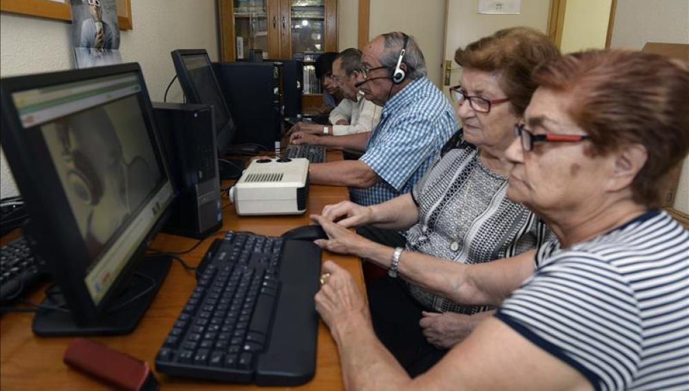 Un grupo de ancianos se familiariza con la informática gracias a una ONG