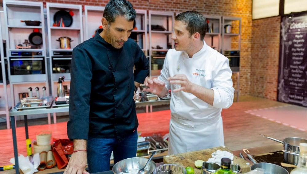 Marcel le explica a Paco cómo continuó con su plato
