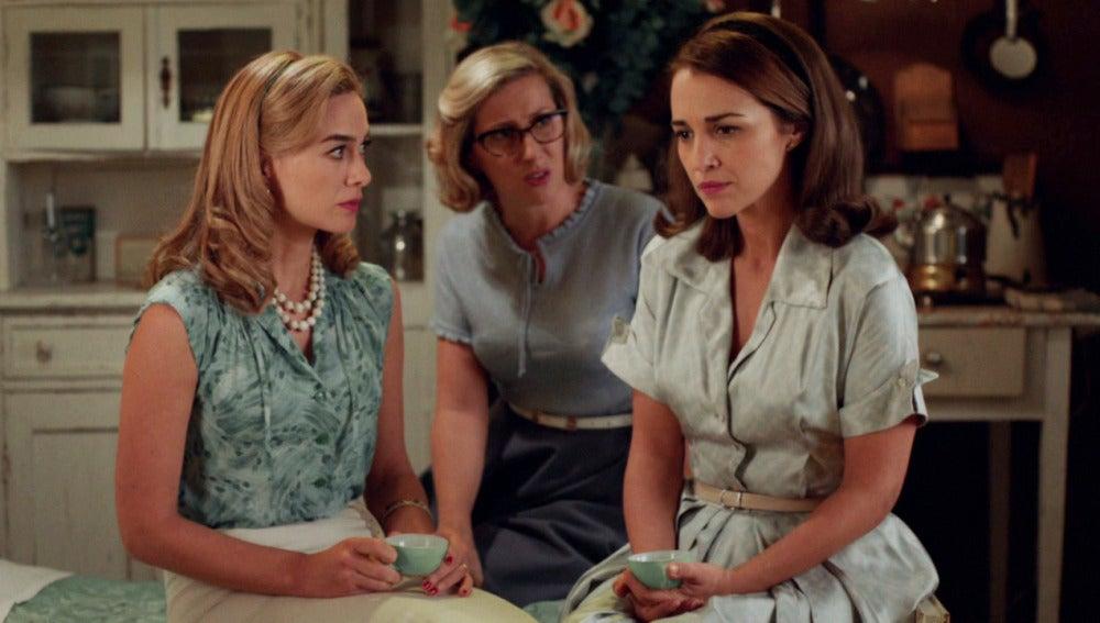 Ana confiesa a sus amigas que se plantea la proposición de Carlos
