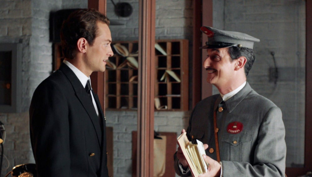 Carlos compra al cartero para recibir él las cartas de Phillipe Ray