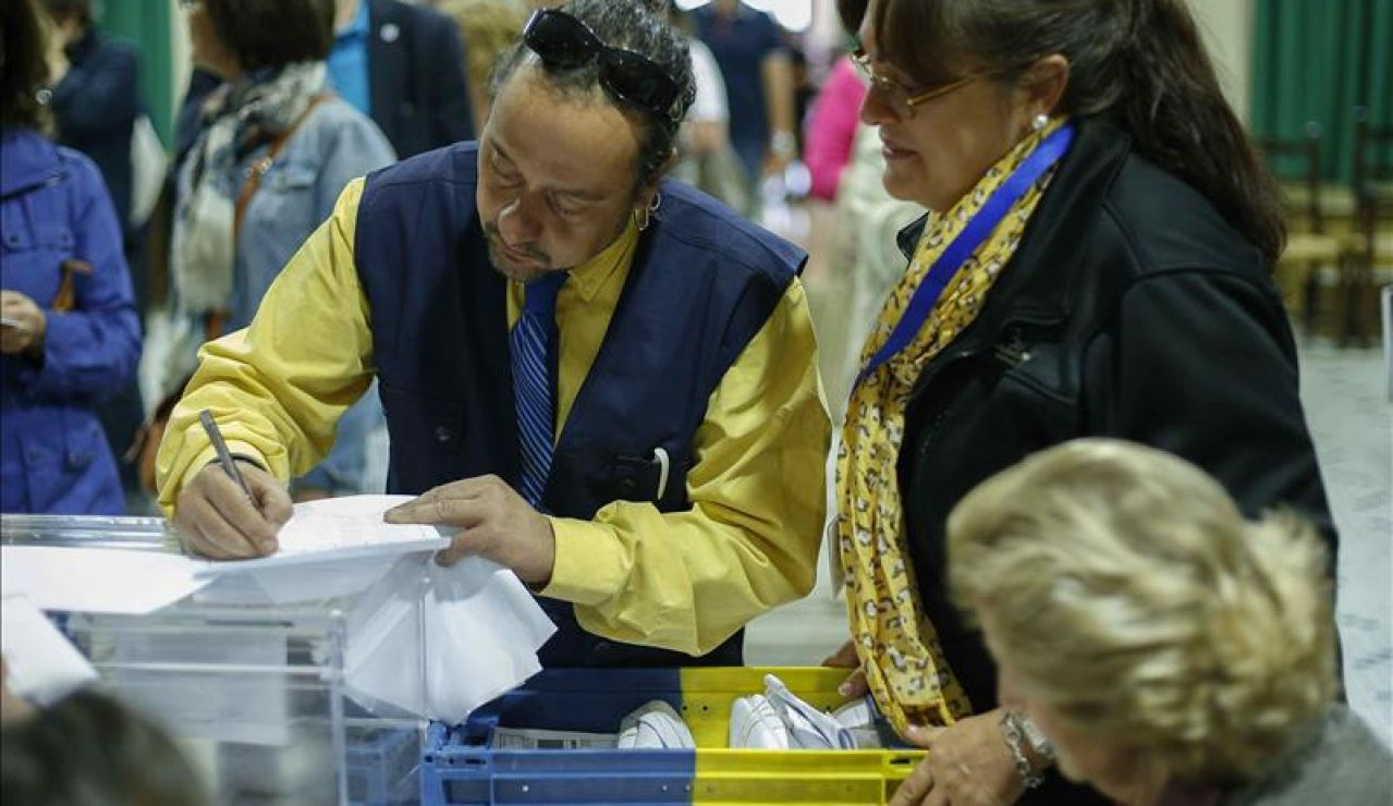 Imagen de archivo: Llegada del voto por correo a un colegio electoral.