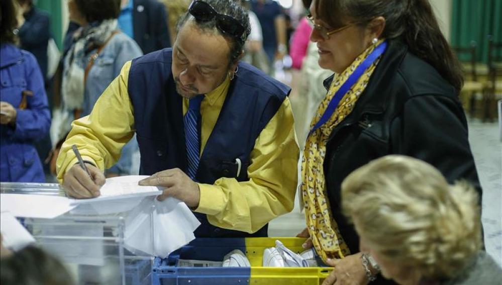 Llegada del voto por correo a un colegio electoral en Madrid
